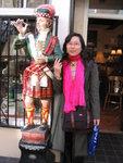 我刚对着古董店举起相机,亚裔女老板就主动笑着问我要不要帮我合照呢^^