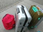 兩大行李喼,一個是吉的,載野走