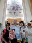 13同學致送親自製作的禮物給聖家堂主任司鐸饒神父留念