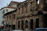 街頭的古老建築物,隱約可見彈孔