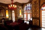 粉紅色的房間,配了色彩繽紛的stained glass