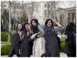 參觀完古列斯坦皇宮(Golestan Palace)的學生,一看見鏡頭就會立刻擺post,任影唔嬲!