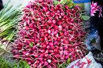 清真寺對面的Panchshanbe Bazaar,有很新鮮的紅菜頭