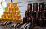 去Bishkek途中經過在路旁賣蜜糖和燻魚的攤販