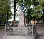 彼得大帝銅像,鐵圍欄上都有PP(Peter I)和雙頭鹰標誌,象徵俄羅斯帝國