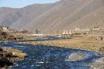 河流後面是一條村莊,還有三個佛塔