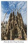 巴塞隆拿。聖家族大教堂 坐落在巴塞羅那市中心的聖家族教堂,是巴塞羅那的象征。聖家族大教堂1884年開工,預計到2050年方可竣工。大教堂顯示出來的夢幻浪漫、怪誕陸離,吸引了來往於這座城市的所有目光。對這幢高矗的建造中的古建築幾代巴塞羅那人都沒有爲之着急與煩燥,而是從容地等待,耐心地守候。隨着巴塞羅那奧運會的電視轉播,聖家族教堂玉米一樣奇異的尖頂夢幻般地聳立於茫茫霧氣之中,超然遺世的美感令人過目難忘。 遠眺聖家族大教堂。按照高迪的設計,教堂的三面象征耶穌的誕生、受難和複活,高迪爲教堂聖殿設計了三個宏偉的正門,每個門的上方安置4座尖塔,12座塔代表耶穌12個門徒。還有4座塔共同簇擁着一個中心尖塔,象征4位福音傳教士和基督本身。