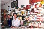 1986       於舊同事吳子堅的舖頭.