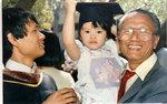 1985       國樑UC畢業。(手抱孫女。光明之女。)