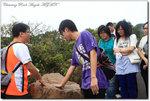 同學觸摸岩石以感受岩石的性質