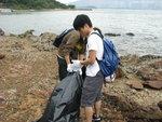 灘上佈滿隨水流飄來的垃圾