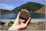 凝灰岩是酸性噴出火成岩,這與一億四千幾萬年前的火山爆發有關。東壩以北的黃石碼頭是當時新界東威力最大的火山口所在地,東壩沿海一帶載滿熾熱的熔岩。當熔岩遇上空氣後急速降溫收縮,由於最有效方法是從六邊向內收縮,因而形成這組六角柱石群。