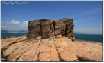 更樓石之所以產生,是因為原有岩層的垂直節理被海浪不住衝擊,造成海蝕凹地;再經過長時間侵蝕,凹地基部被底切,然後隨著風化作用和塊體動,上方的岩石最終崩塌,形成陡峭的山坡。懸空的岩石因持續侵蝕而崩塌,出現海蝕崖,隨著的崖壁不斷後退,向海的一邊留下坡度平緩的海蝕平台。