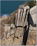 佛手岩/崖--塊狀崩解發生在裸露的、節理完好的花崗岩上,岩石沿節理裂開,狀似單掌朝天