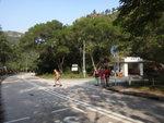 巴士站對面是往靈隱寺的路口, 路口有個涼亭 DSC03867
