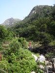 過摩崖石刻繼續上溯凌風石澗, 回頭望見獅山 DSC03898