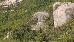 路左一似人頭的大石, 尖額大鼻, 有眼線及咀線 DSC03240
