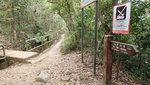 石級頂有分岔路, 前上橋過引水道有山路上大風坳, 右可沿引水道前行, 中途有多個落山位, 可落柴灣, 筲箕灣, 西灣河和鰂魚涌 20200223-006