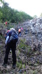 上溯飛鳳石澗, 好快到一壁底, 有隊友在壁左上攀 DSC00018
