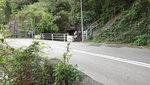 中途轉右過馬路入澗, 入澗位有一壁, 若不爬壁可先上左邊石級再入澗 DSC00094