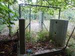 以前是花洒的鐡架, 鐵閘內是填平了的泳池 DSCN5046