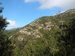 石壁郊遊徑(貝納琪徑)中遙望西狗牙脊, 己有前隊隊友在脊中上走 DSCN5319