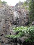 前望又有一瀑壁, 亞堅沿瀑右正攀, 嘩, 小心呀 DSC04214