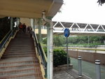 原來天橋除了橫過裕東路還跨過一條大水渠 DSC06009