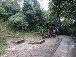 前望有隊友在小涼亭等候, 大隊則接左邊山路上蚺蛇尖去 DSC06468