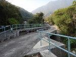 又一度橋, 橋下是鳳彌石澗. 左望見一水壩 DSC01102