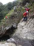 瀑頂回望左邊山路及橫移位.  左邊有碎石要小心唔好落石 DSC02212