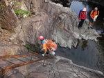 鐵梯底是水, 唔想濕腳就要大步跨過 DSC02313