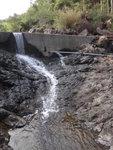 可以儲水池前過左邊(相右)接山路, 我過了儲水池, 又唔敢行窄石堤, 唯有落少少才過澗啦 DSC02336