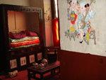 卧室的还原,虽然摆设并非精美,但色调暖融融的