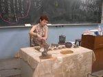 資深的班長在課堂示範泡茶禮儀
