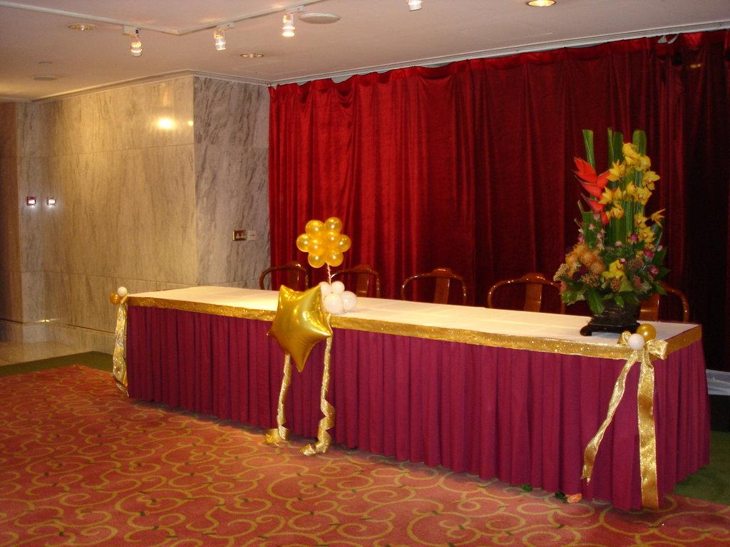 slide show for album wedding high table decoration