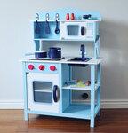 M137 - 木製出口波蘭藍色聲光版厨房<br>.<br>加強版 - 有聲音,有燈光<br>.<br>門市售$950<br>批發價$480 <br><br>(本月訂購 Free 厨具)<br><br>厨房呎吋: 60*30*85cm,台面高度50cm<br>.<br>