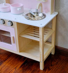 M141 - 木製北歐淡粉色廚房<br>.<br>門市售$950<br>批發價$420 <br><br>(本月訂購 Free 厨具) <br><br>厨房呎吋: 55*30*68cm,台面高度46cm<br>.<br>