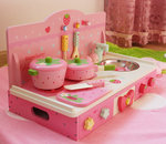 F8100 - 木製草莓粉紅色折叠平面廚房<br><br>(折合後可作書桌)(多功能兩用)<br>.<br>門市售$900<br> 批發價$390<br><br>(本月訂購 Free 厨具)<br><br>