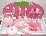 F8111 - 木製彩色草莓粉紅色廚房套裝<br>.<br>門市售$1700<br>批發價$750<br><br>(本月訂購 Free 厨具)<br><br>