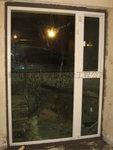 白色鋁窗配淺綠色玻璃